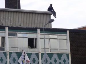 Activista en el tejado okupa Cardiff