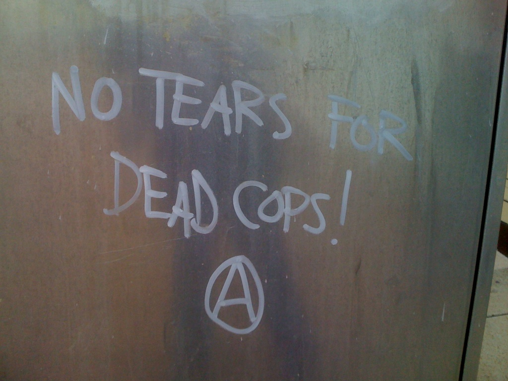 No lágrimas por lxs polis muertxs