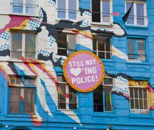 """Decoración en una casa okupada que dice """"Still not loving police!"""" (¡No sigáis amando a la policía!)"""